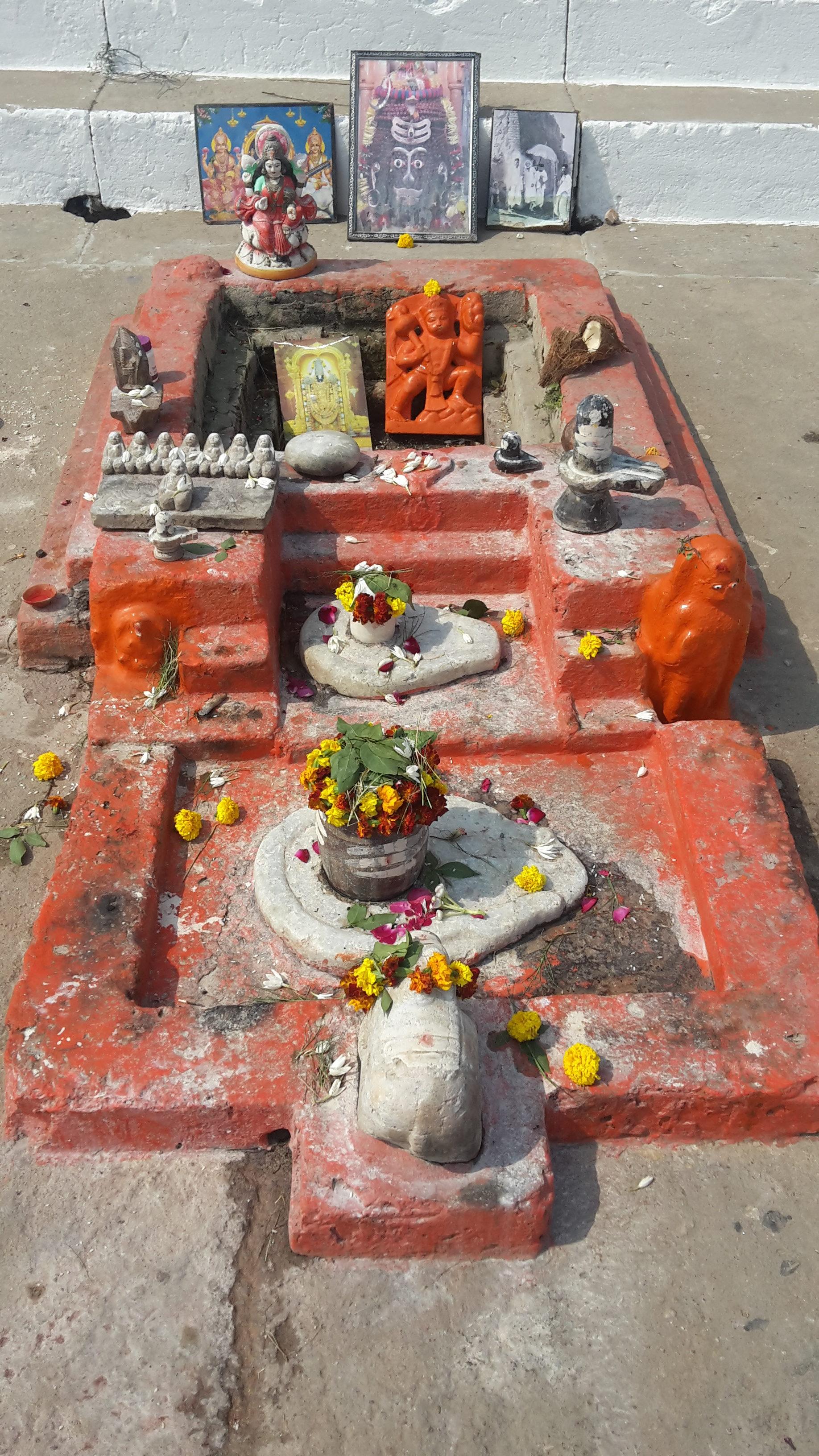 lingam et yoni au bord du Gange